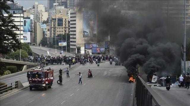 """لبنان.. """"الواتس أب"""" يشعل ثورة في وجه الحكومة"""