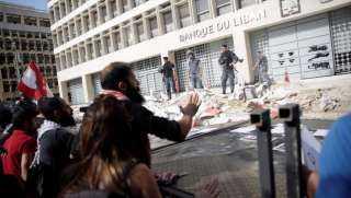 لبنان.. نصر الله يشكك في مطالب الحراك والمحتجون يصبون غضبهم على المصرف المركزي