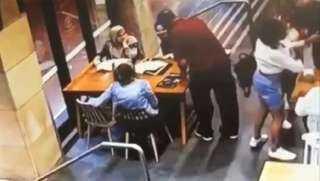 شاهد.. أسترالي يهاجم بوحشية مسلمة حاملا في سيدني