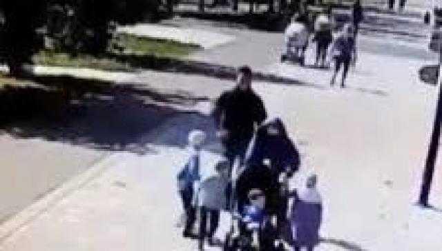روسيا ...اعتداء وحشي على مسلمة أمام أطفالها ( شاهد )