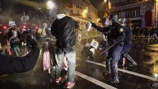 فرنسا ... الشرطة الفرنسية تداهم منازل أطفال فرنسيين مسلمين وتعاملهم كإرهابيين