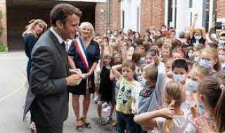 طفل يحرج الرئيس الفرنسي أمام الكاميرات بسؤاله عن الصفعة التي تلقاها