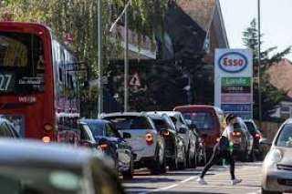 بريطانيا... طوابير طويلة وحالة هلع أمام محطات البنزين